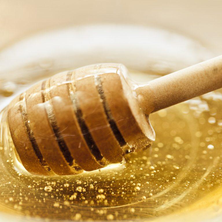 Cuillère à miel dans un pot